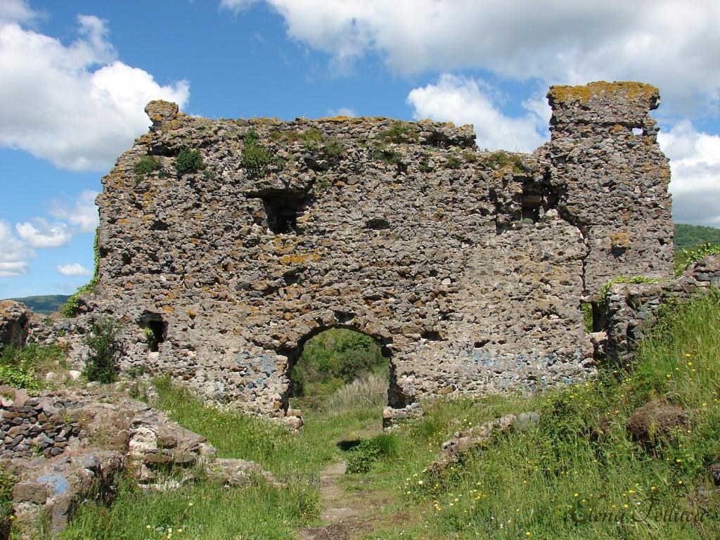 Trevignano Romano, rocca, lato nord-ovest visto dall'interno.