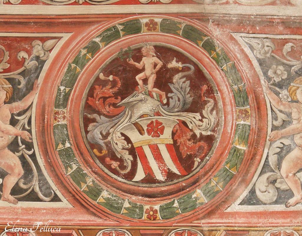 """Castello di Bracciano, particolare affresco """"Sala di Isabella"""", fine XV secolo (?). Bifronte con monogramma su stemma Orsini"""
