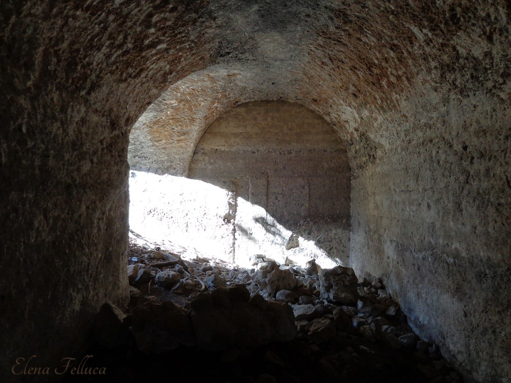 """Bracciano (RM), Macchia della Fiora, cisterna a """"L"""", particolare interno."""