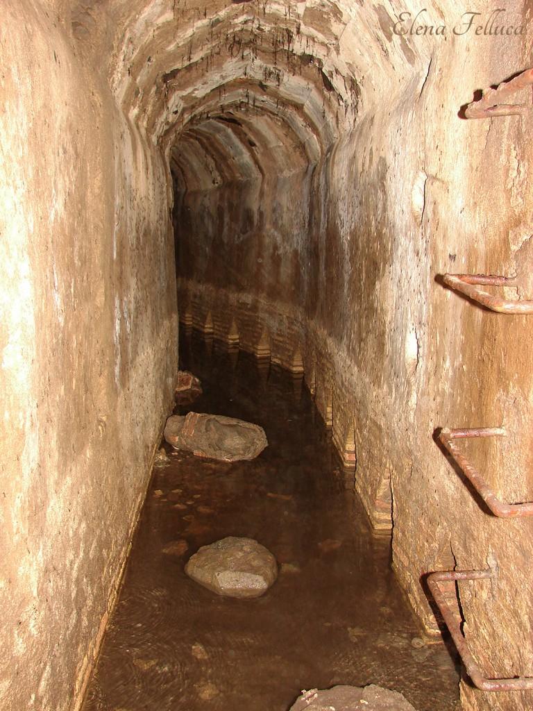 Bracciano, Fosso di Grotte Renara, Botte dell'Acqua Precilia: captazione dell'aqua Traiana e dell'aqua Paula. L'aqua Paula raccoglie varie sorgenti nelle colline boschive a nord-ovest del lago di Bracciano, percorre grossomodo la circonferenza del lago fino ad Anguillara Sabazia, da lì si discosta proseguendo verso Roma e sfociando sul Gianicolo. L'intero acquedotto entrò in funzione nel 1612, quando Paolo V Borghese ripristinò alcuni condotti di epoca romana costruiti per volere dell'imperatore Traiano al fine di rifornire di acqua potabile la XIV regione transtiberina.